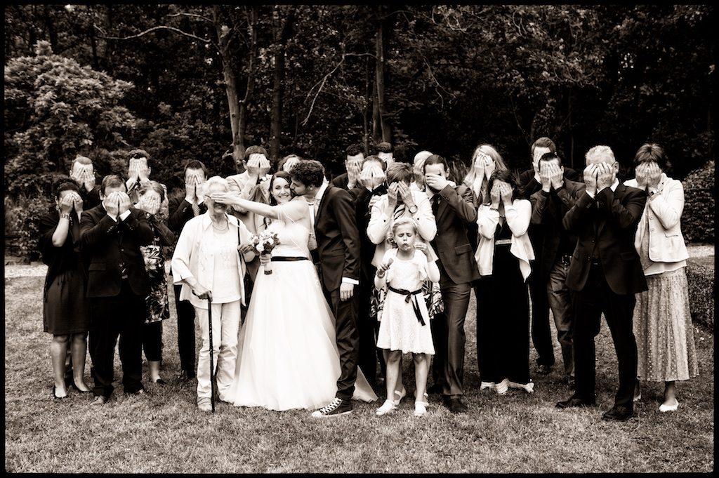 Een grappige groepsfoto tijdens een exclusieve bruidsreportage
